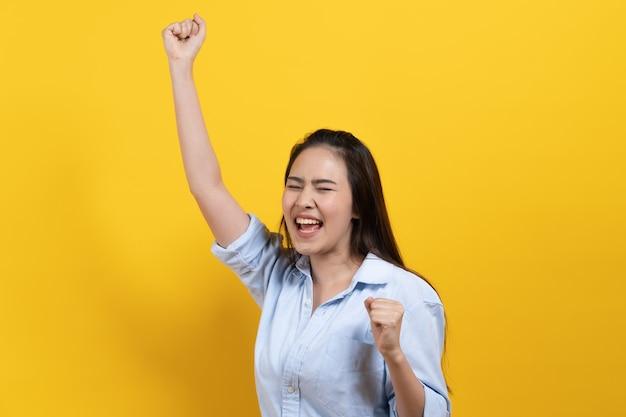 Adorável mulher que levantou a mão para expressar alegria