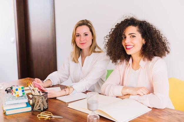 Adorável mulheres estudando na mesa