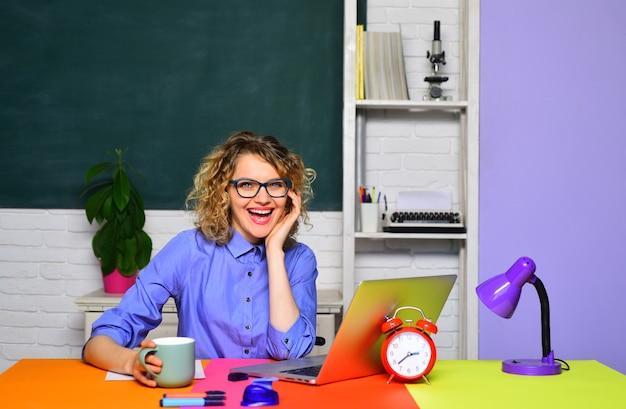 Adorável professora em sala de aula jovem feliz professora aluna da escola criativa jovem aluna em
