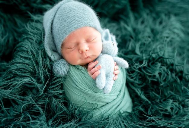 Adorável recém-nascido com chapéu de malha verde