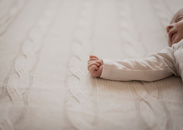 Adorável recém-nascido mãozinha
