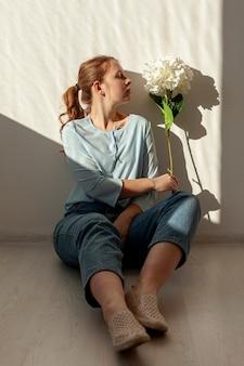 Adorável senhora posando com flor