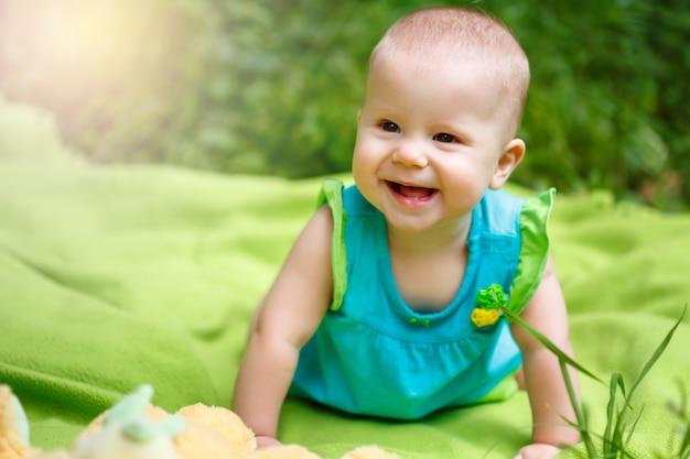 Adorável, toddler bebê menina, tocando