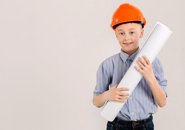 Adorável trabalhador da construção civil segurando o projeto