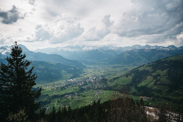 Adorável vila suíça acima vista