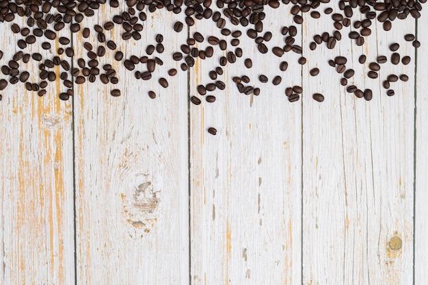 Adoro beber café em grãos de café na mesa