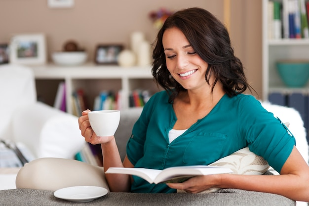 Adoro passar o tempo com livro e café