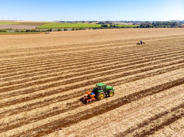 Adubação de terreno onde foi plantada cana-de-açúcar vista aérea.