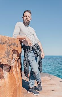 Adulto barbudo homem caucasiano em roupas casuais ao ar livre