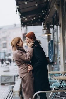 Adulto casal apaixonado andando na rua