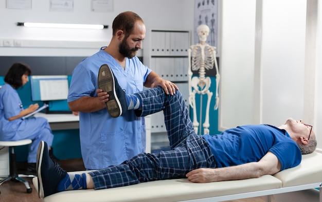 Adulto com lesão no joelho recebendo assistência osteopática