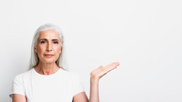 Adulto elegante mulher segurando a mão