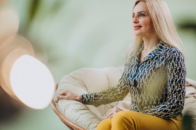 Adulto elegante mulher sentada na cadeira