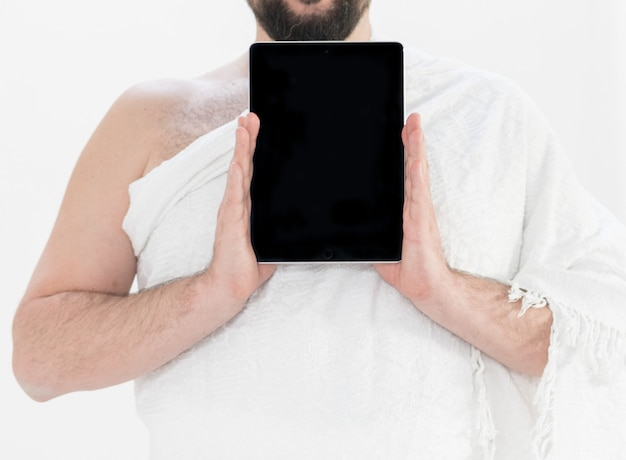 Adulto hajj segurando tablet