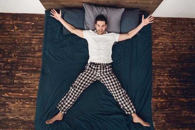 Adulto homem alegre mostra estrela, colocando os braços e as pernas de lado.