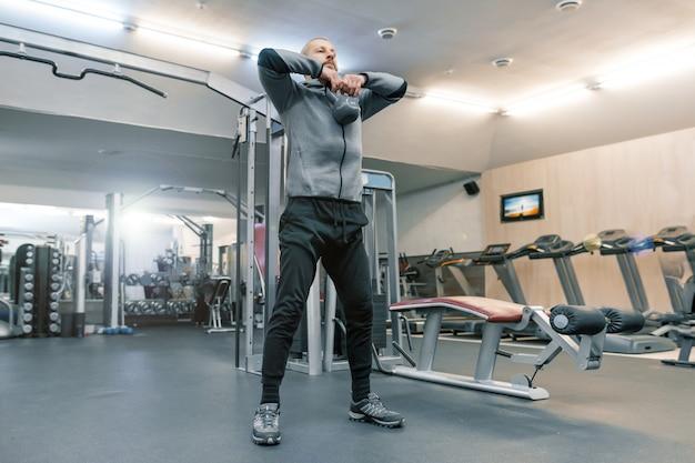 Adulto homem barbudo bonito fazendo exercícios físicos