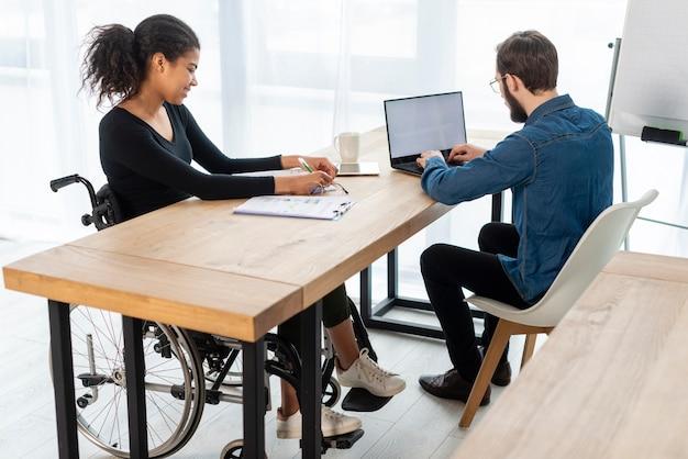 Adulto homem e mulher trabalhando juntos no escritório