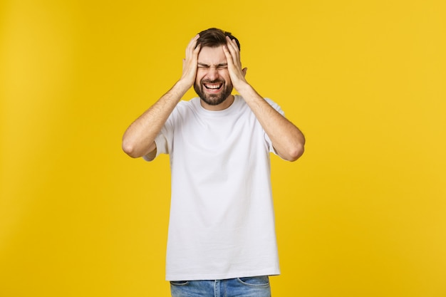 Adulto homem hispânico sobre isolado deprimido e se preocupar com angústia, com raiva e medo. expressão triste