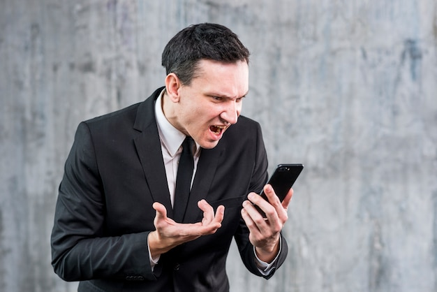 Adulto, homem negócios, obtendo, zangado, e, gritando, telefone