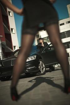 Adulto homem sexy terno em pé perto do carro