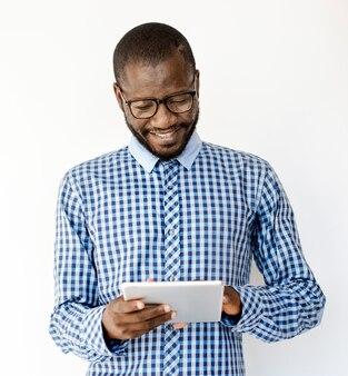 Adulto homem sorriso uso tablet studio portrait