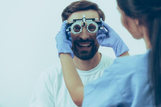 Adulto, macho, paciente, em, óptico, exame, em, clínica