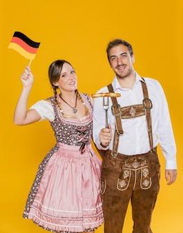 Adulto masculino e mulher comemorando oktoberfest