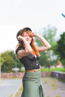 Adulto, mulher bonita, ao ar livre, luz traseira, sorrindo