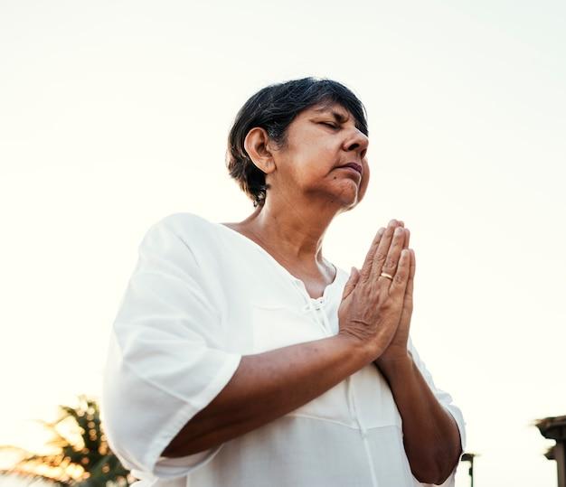 Adulto sênior praticando ioga ao ar livre