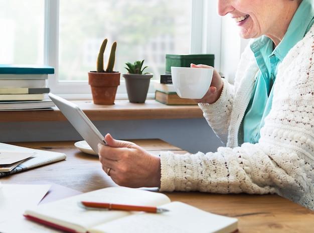 Adulto sênior, usando, dispositivo digital, tabuleta, conceito