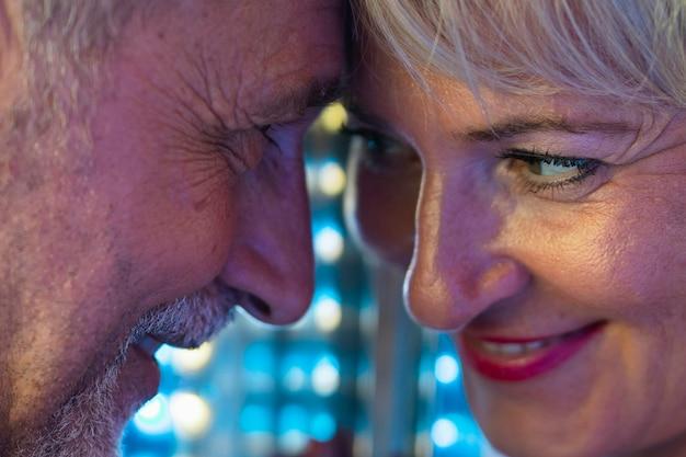 Adultos em close-up, olhando um ao outro
