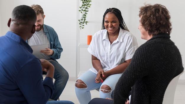 Adultos em planos médios se unindo na reunião