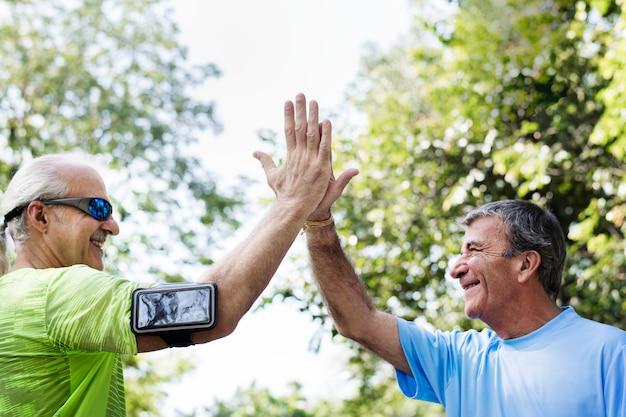 Adultos idosos dando um cinco alto