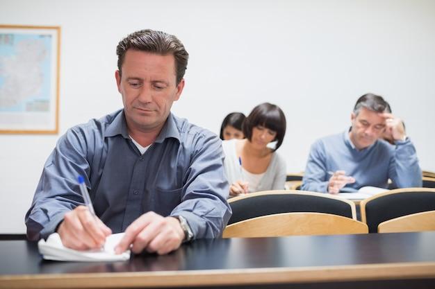 Adultos na sala de aula