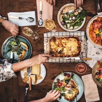 Adultos tendo um jantar