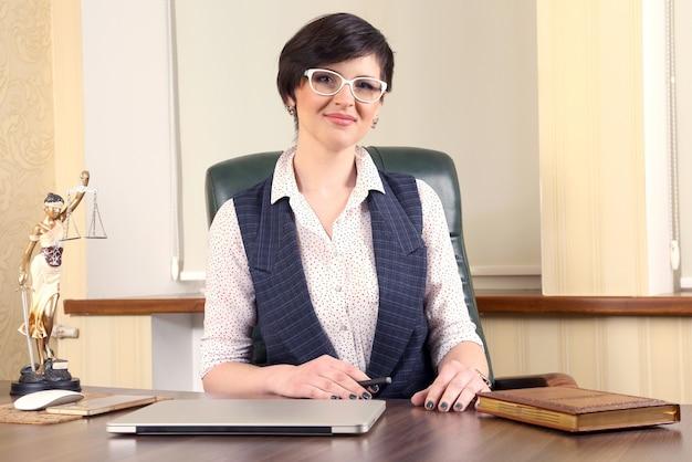 Advogada de mulher bem sucedida no trabalho no escritório. advocacia e atividade legal
