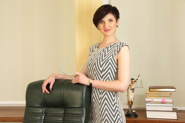 Advogada de mulher de negócios bem-sucedida trabalhando no escritório