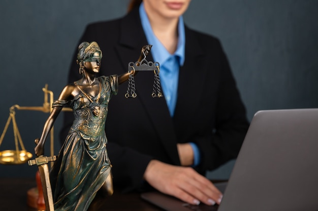Advogadas empresárias trabalhando e notárias assinam os documentos no escritório