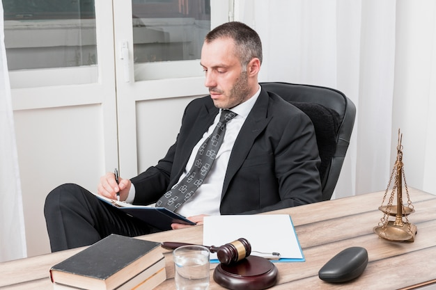 Advogado adicionando compromissos