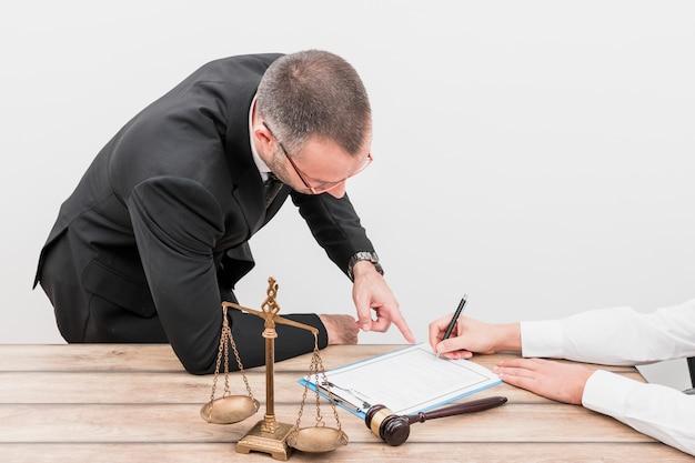 Advogado apontando