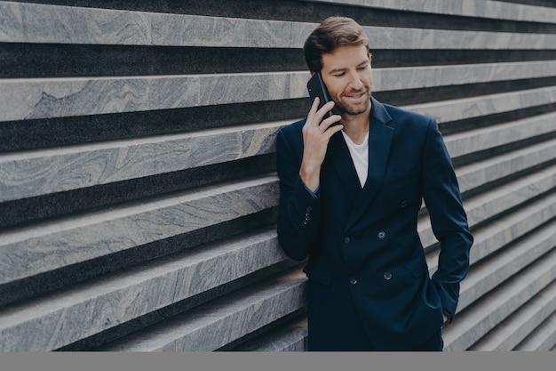Advogado bem sucedido do sexo masculino faz conversas consultivas via smartphone