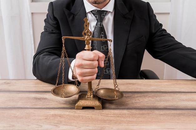 Advogado com balanças