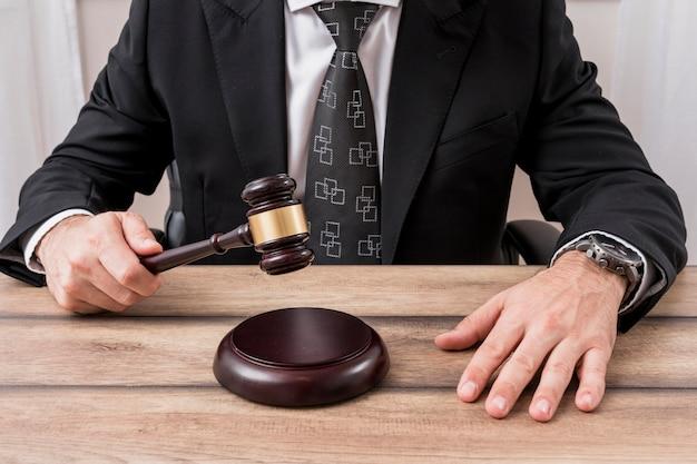 Advogado com martelo de martelo