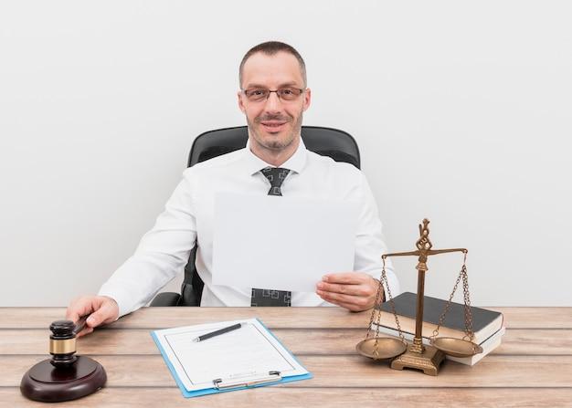 Advogado com papel