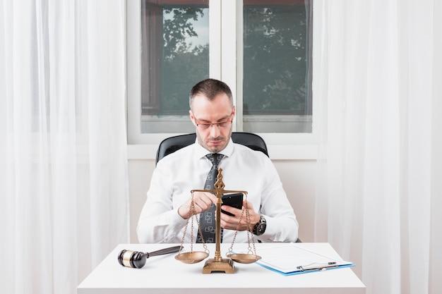 Advogado com smartphone