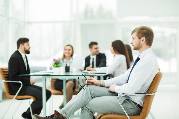 Advogado da empresa no plano de fundo da reunião de trabalho com a equipe de negócios