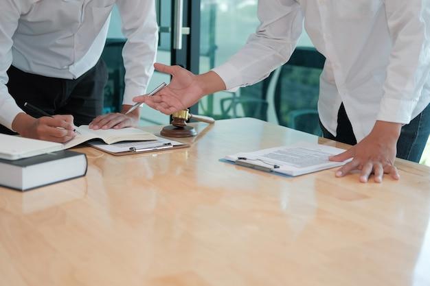 Advogado dar conselhos ao homem. empresário discutindo legislação legal no escritório de advocacia. reunião da equipe de juiz na sala do tribunal