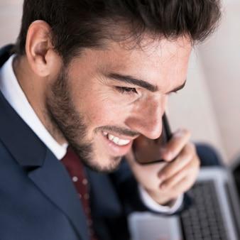 Advogado de close-up sorridente falando ao telefone