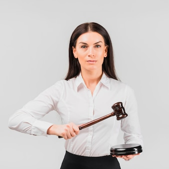 Advogado de mulher em pé com o martelo