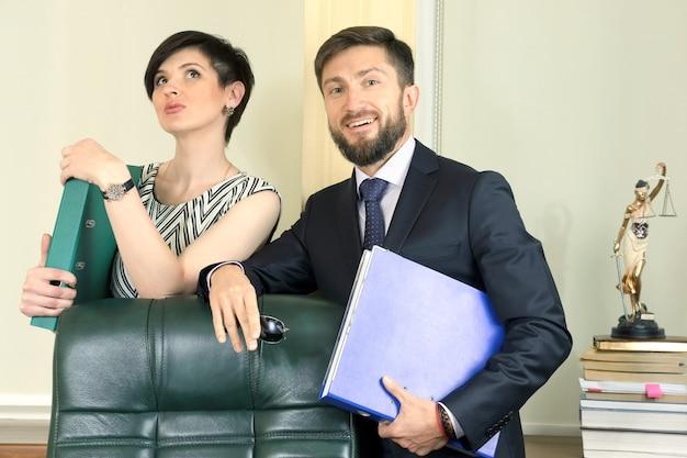 Advogado de parceiros de negócios no escritório, segurando documentos